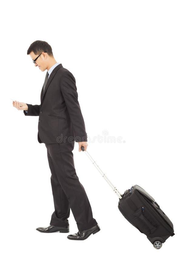 Hombre de negocios que camina con la cartera fotos de archivo