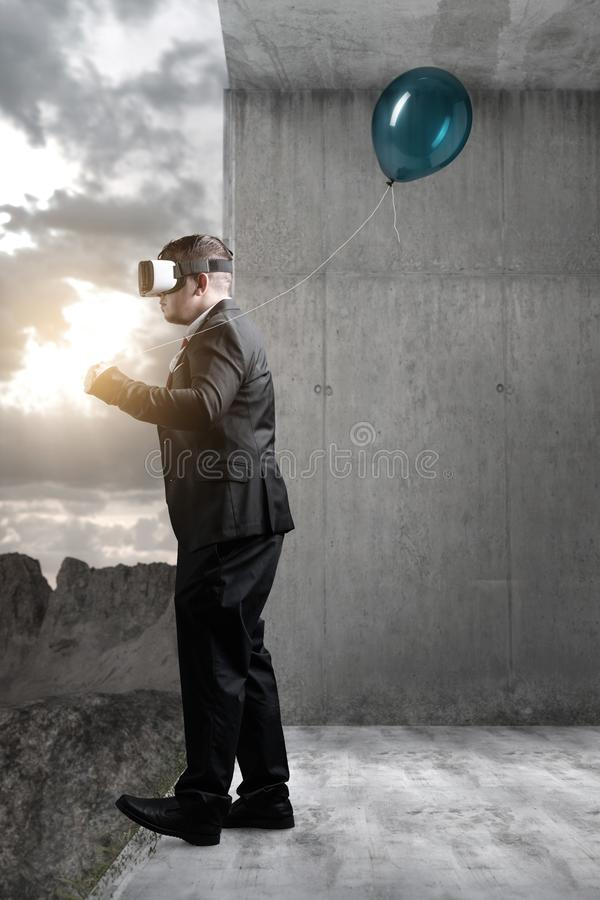 Hombre de negocios que camina con las auriculares de VR en sitio concreto derecho a fotos de archivo