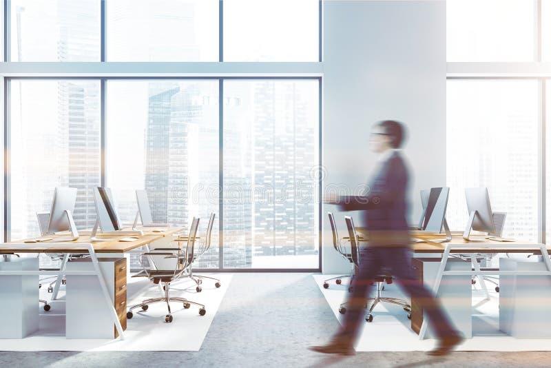 Hombre de negocios que camina en la oficina blanca imagen de archivo libre de regalías