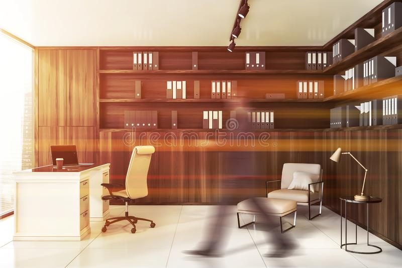 Hombre de negocios que camina en la oficina de madera del CEO fotos de archivo