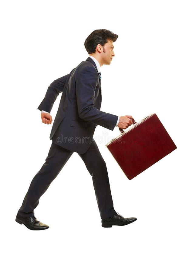 Hombre de negocios que camina en perfil fotos de archivo libres de regalías
