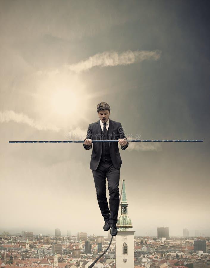 Hombre de negocios que camina en una cuerda imagenes de archivo