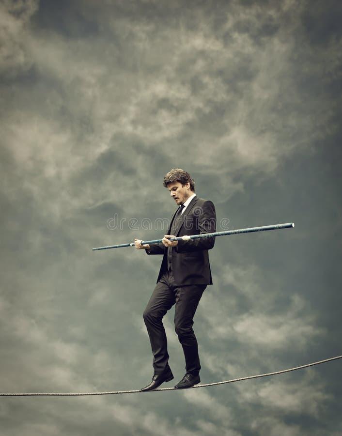 Hombre de negocios que camina en una cuerda foto de archivo libre de regalías