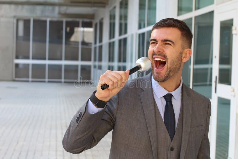 Hombre de negocios que canta en la oficina imagenes de archivo