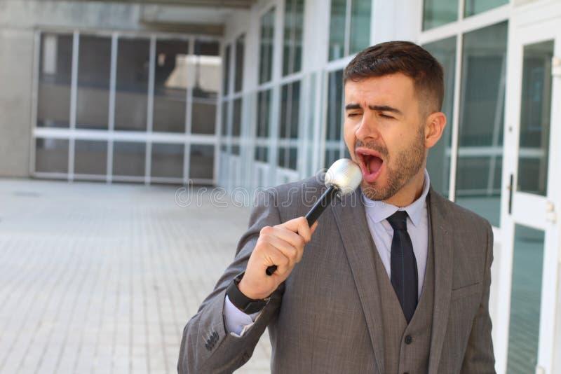 Hombre de negocios que canta en la oficina fotos de archivo