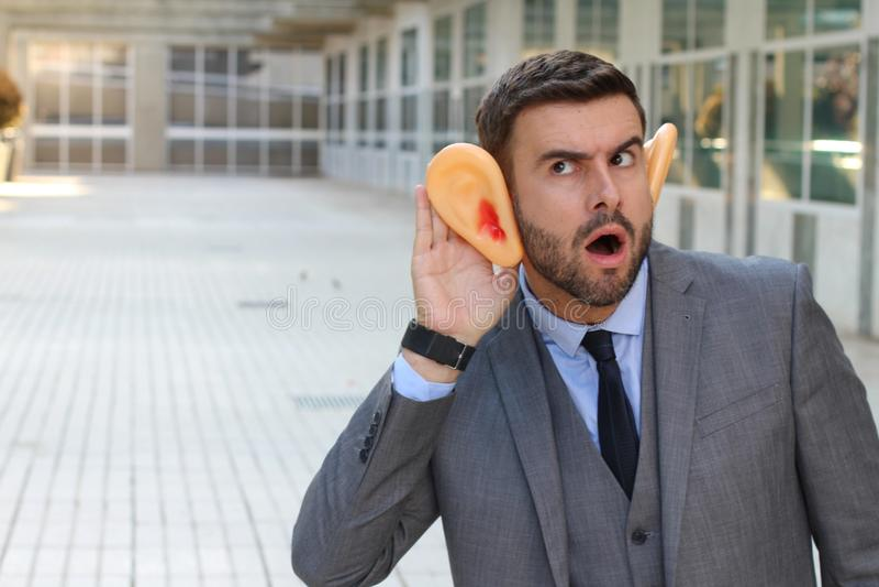 Hombre de negocios que cava algunas rumores en la oficina imagen de archivo libre de regalías