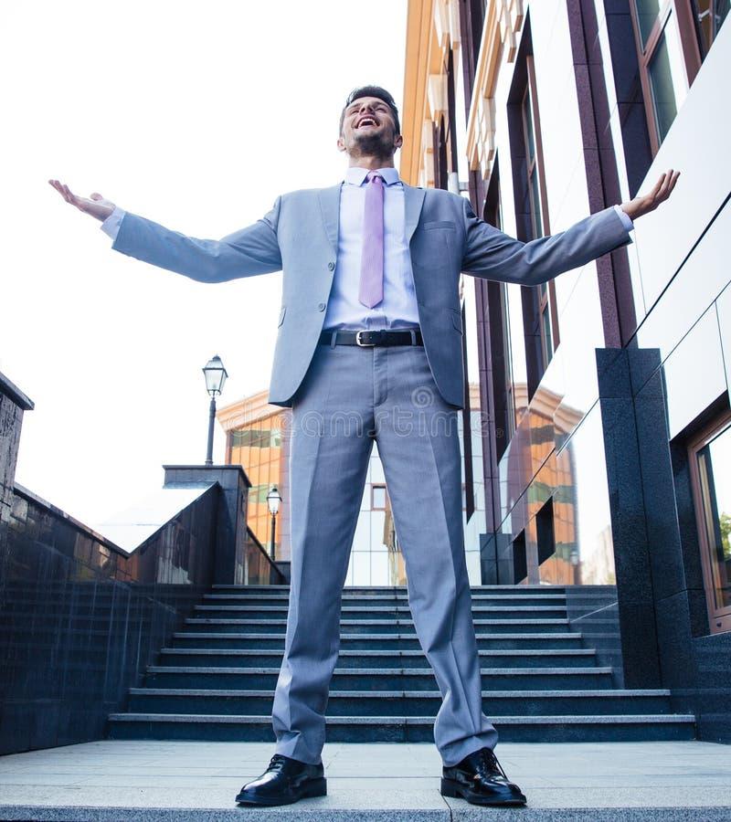 Hombre de negocios que celebra su éxito al aire libre imágenes de archivo libres de regalías