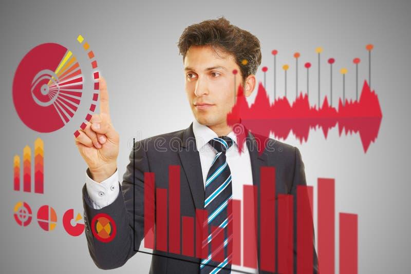 Hombre de negocios que comprueba el análisis de datos financieros foto de archivo libre de regalías
