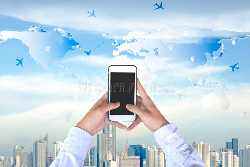 Hombre de negocios que comprueba el mapa del mundo con el avión en el teléfono Concepto del recorrido y del turismo imagenes de archivo