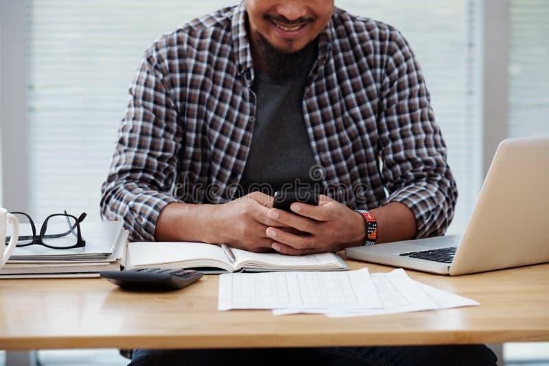 Hombre de negocios que comprueba mensajes de texto fotos de archivo