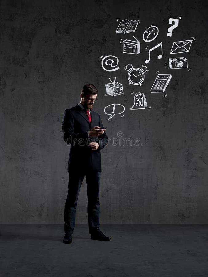 Hombre de negocios que comprueba su smartphone imágenes de archivo libres de regalías