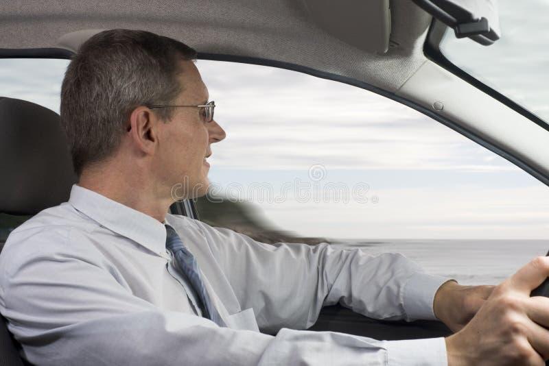 Hombre de negocios que conduce un coche fotos de archivo libres de regalías