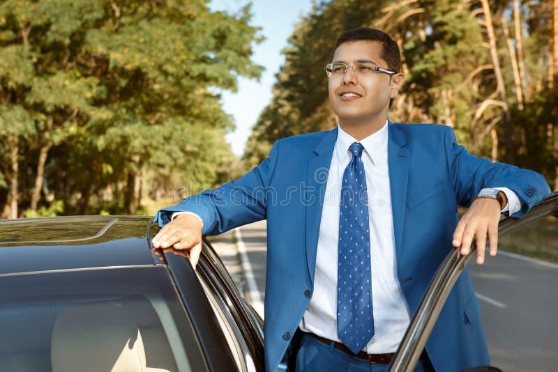 Hombre de negocios que consigue en el coche foto de archivo