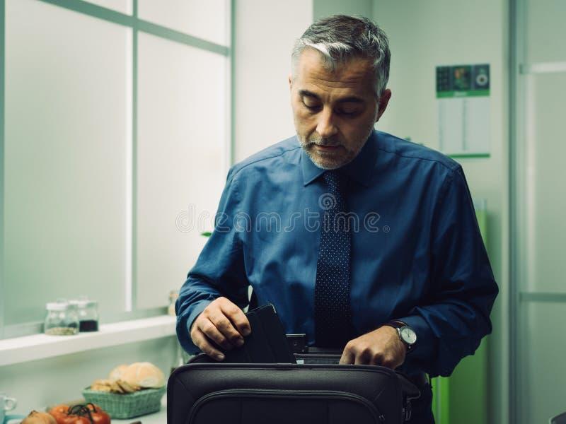 Hombre de negocios que consigue listo en casa fotografía de archivo