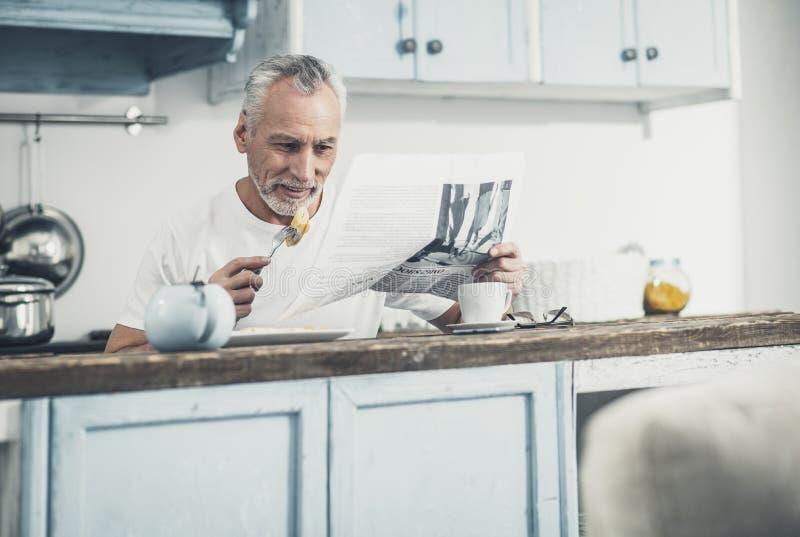 Hombre de negocios que consigue listo para el trabajo por la mañana imagen de archivo libre de regalías