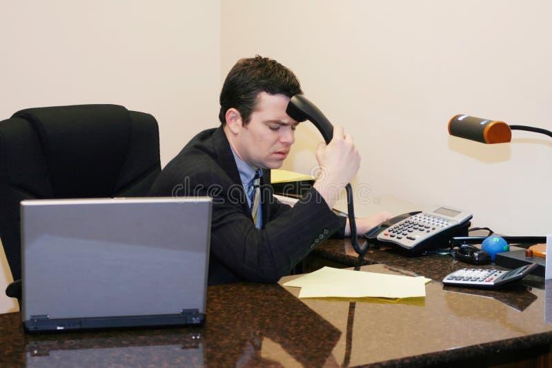 Hombre de negocios que consigue malas noticias imagen de archivo libre de regalías