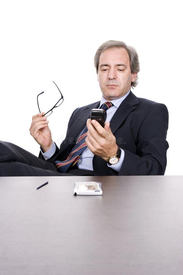Hombre de negocios que controla mensajes fotos de archivo