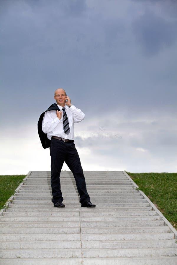 Hombre de negocios que conversa en el teléfono móvil imágenes de archivo libres de regalías