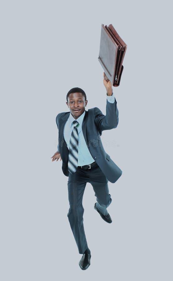 Hombre de negocios que corre con una cartera, aislada en el fondo blanco fotografía de archivo libre de regalías