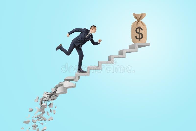 Hombre de negocios que corre para arriba la escalera del éxito al bolso del dinero en fondo azul fotografía de archivo