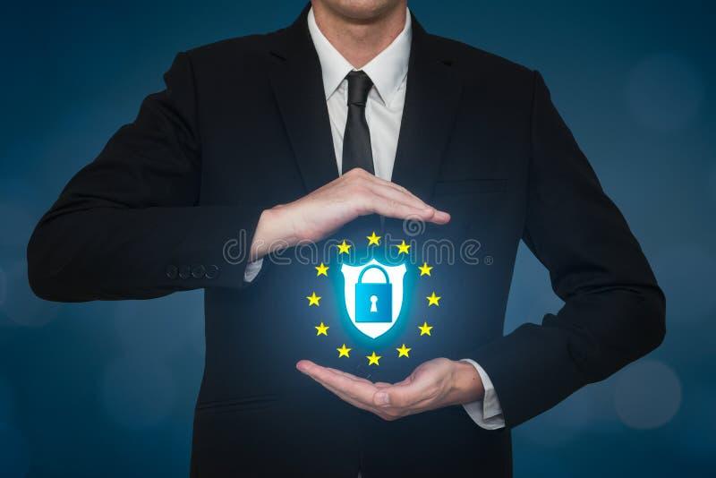 Hombre de negocios que cubre una cerradura de datos de la seguridad en un escudo Gdpr de la seguridad en el web imagen de archivo libre de regalías