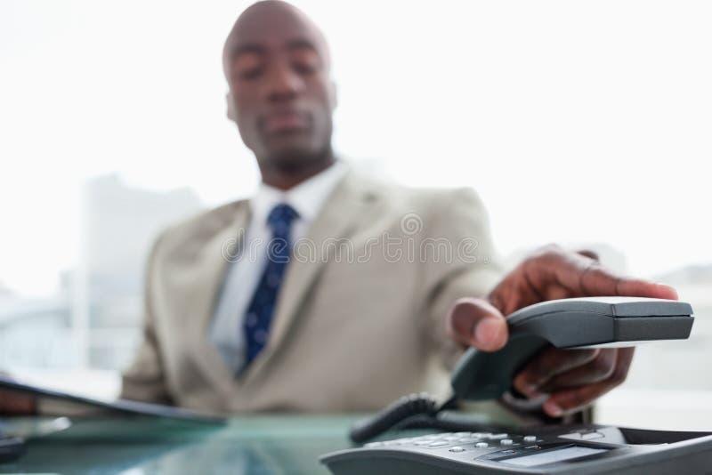 Hombre de negocios que cuelga para arriba fotos de archivo