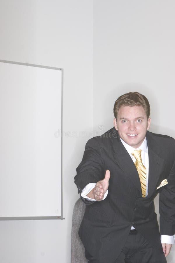 Hombre de negocios que da el apretón de manos imagen de archivo libre de regalías