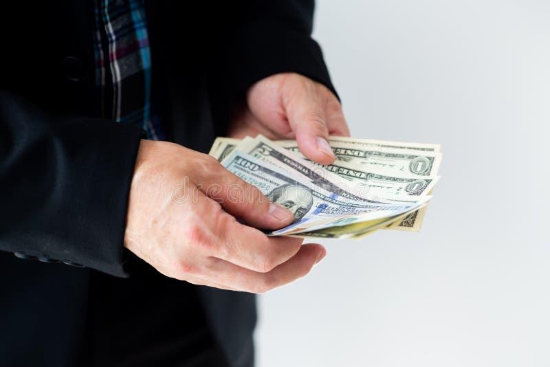 Hombre de negocios que da o que paga el dinero, las cuentas de dólar de EE. UU. - soborno, préstamo y conceptos financieros, foto de archivo libre de regalías