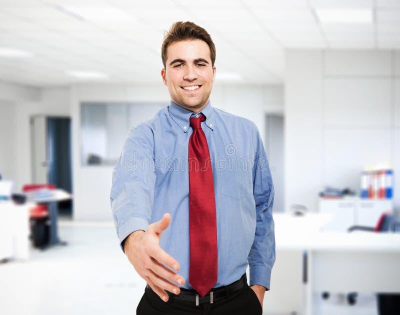 Hombre de negocios que da un apretón de manos foto de archivo libre de regalías