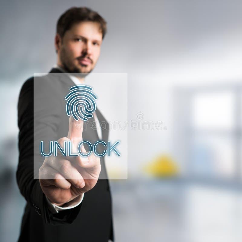 Hombre de negocios que desbloquea un interfaz con la huella dactilar imágenes de archivo libres de regalías