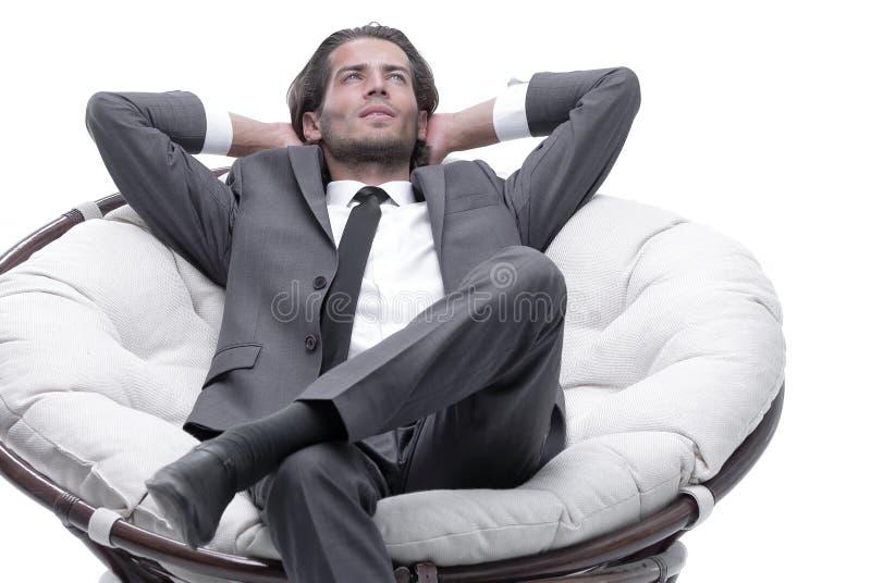 Hombre de negocios que descansa en una silla cómoda foto de archivo libre de regalías