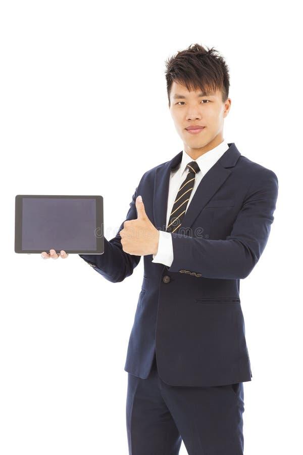 Hombre de negocios que detiene una tableta o un ipad y un pulgar fotos de archivo