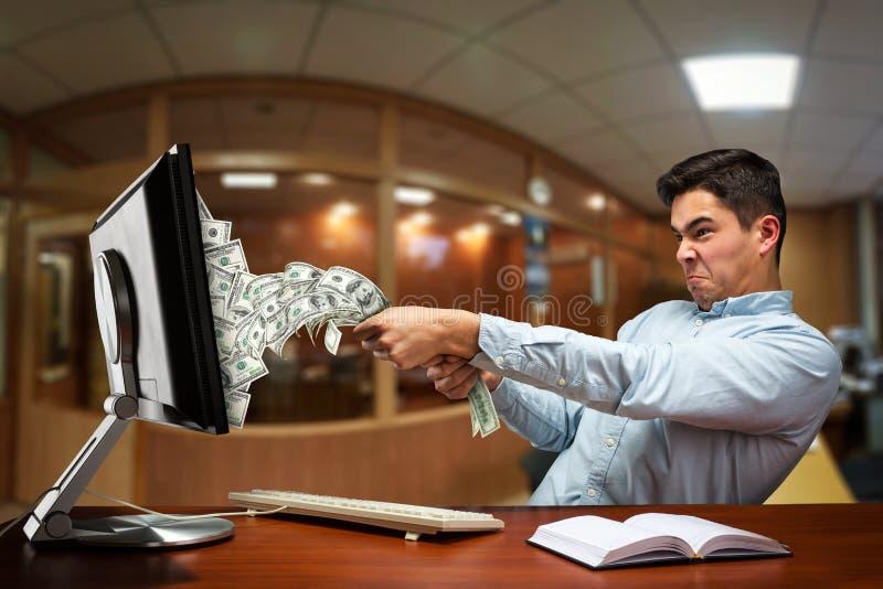 Hombre de negocios que dibuja hacia fuera el dinero foto de archivo libre de regalías