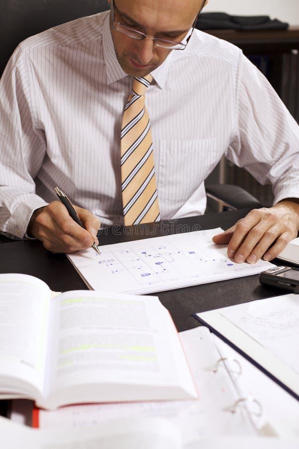 Hombre de negocios que drena un organigrama, V2 imagen de archivo