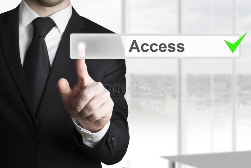 Hombre de negocios que empuja el acceso del botón fotos de archivo