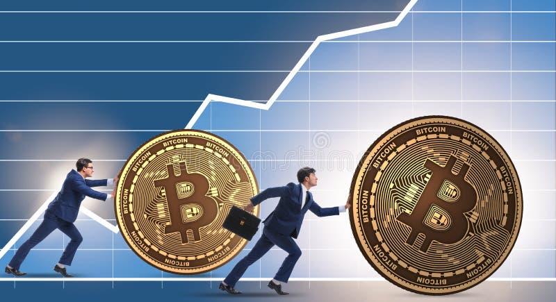 Hombre de negocios que empuja el bitcoin en concepto del blockchain del cryptocurrency imagen de archivo libre de regalías