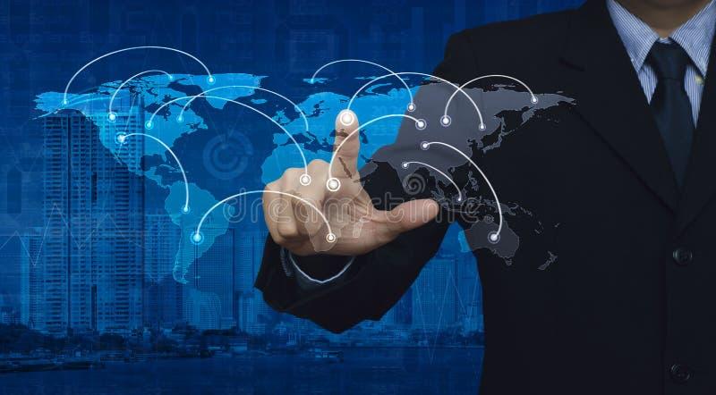 Hombre de negocios que empuja el botón del centro de la conexión de red del mundo en el ci ilustración del vector