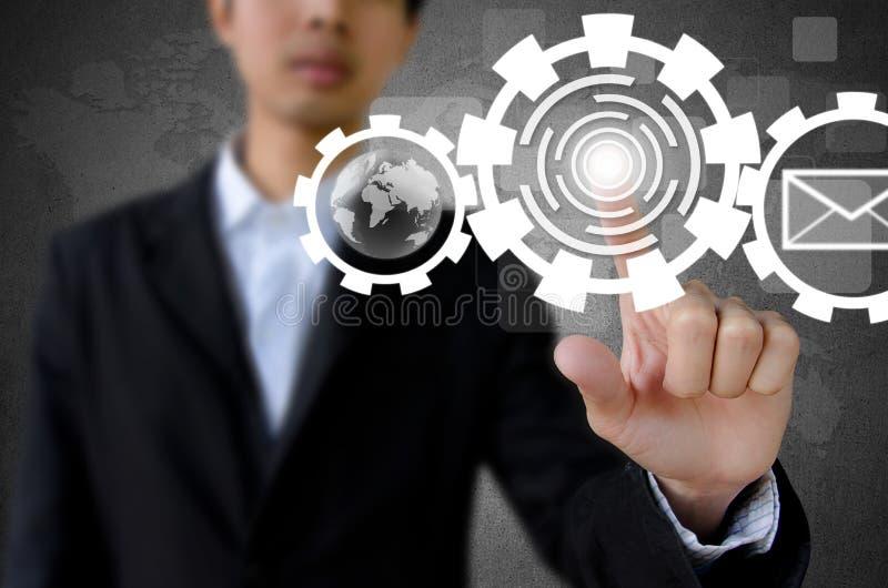 Hombre de negocios que empuja el botón manualmente con el interfaz de la pantalla táctil fotos de archivo
