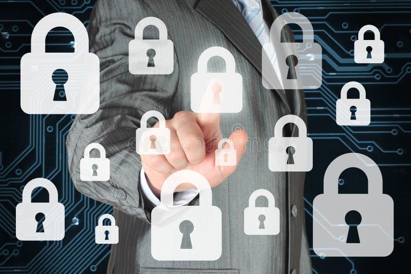 Hombre de negocios que empuja el botón virtual de la seguridad imagen de archivo