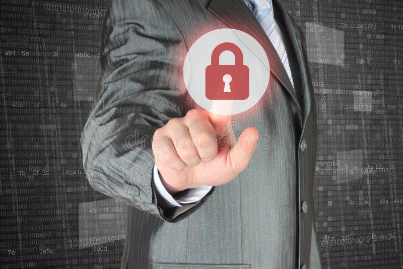Hombre de negocios que empuja el botón virtual de la seguridad foto de archivo libre de regalías