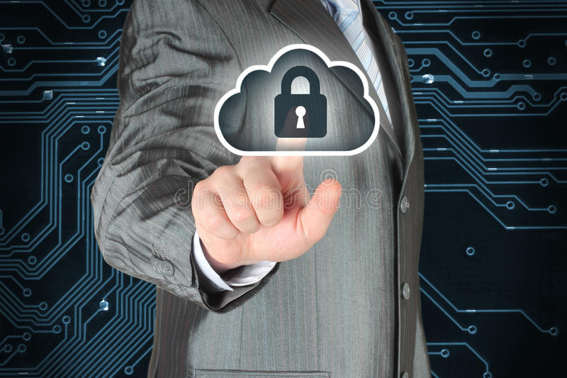 Hombre de negocios que empuja el botón virtual de la seguridad de la nube imagenes de archivo