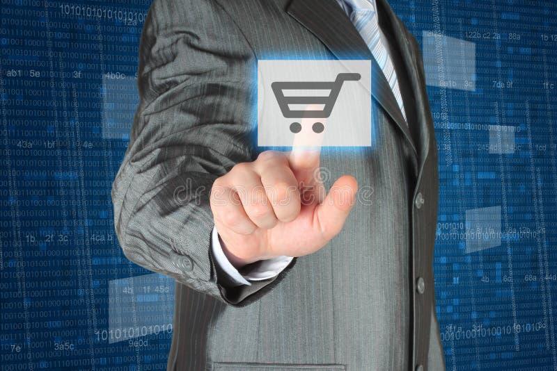 Hombre de negocios que empuja el botón virtual de las compras fotos de archivo libres de regalías