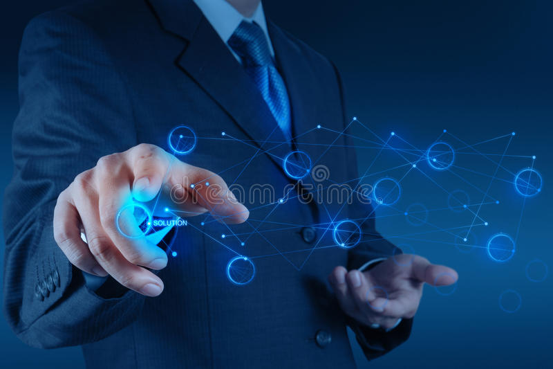 Hombre de negocios que empuja el gráfico de la solución manualmente en una pantalla táctil fotos de archivo
