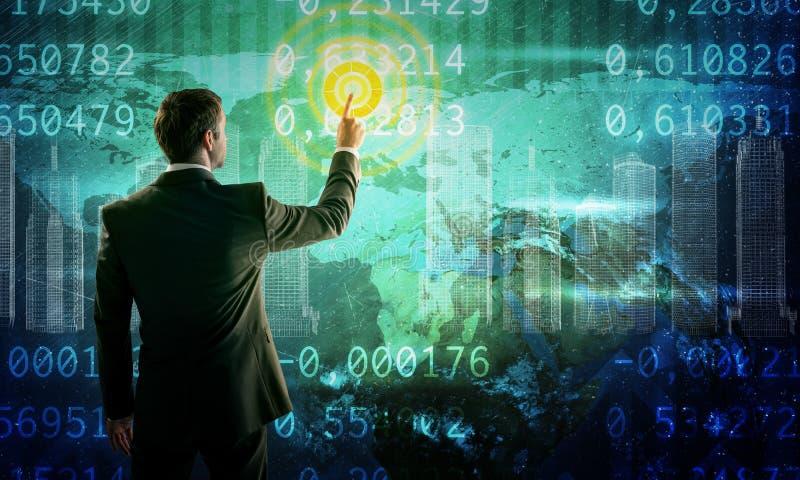 Hombre de negocios que empuja el interfaz del mapa del mundo imagen de archivo