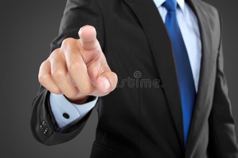 Hombre de negocios que empuja en un interfaz de la pantalla táctil imágenes de archivo libres de regalías