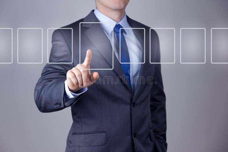Hombre de negocios que empuja en un interfaz de la pantalla táctil foto de archivo libre de regalías