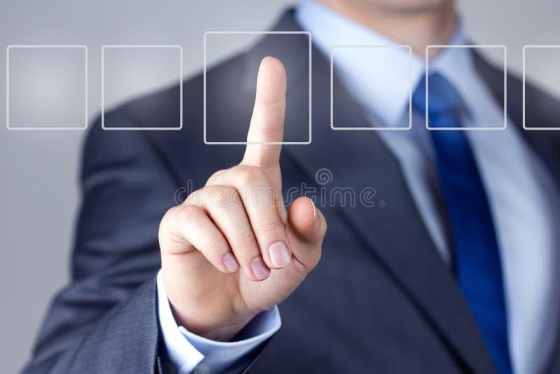Hombre de negocios que empuja en un interfaz de la pantalla táctil fotos de archivo libres de regalías
