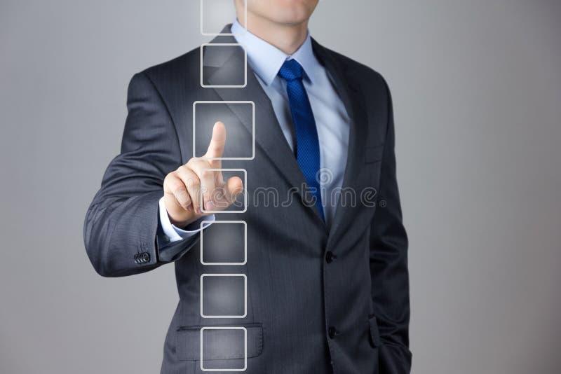Hombre de negocios que empuja en un interfaz de la pantalla táctil fotos de archivo