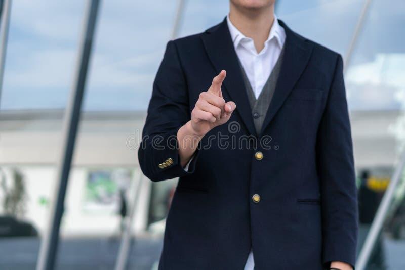 Hombre de negocios que empuja en un interfaz de la pantalla t?ctil foto de archivo