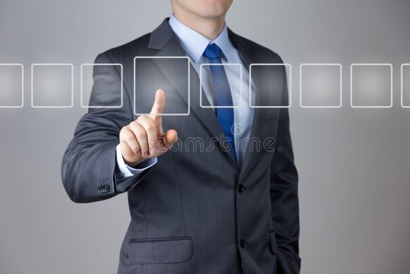 Hombre de negocios que empuja en una pantalla táctil fotos de archivo libres de regalías